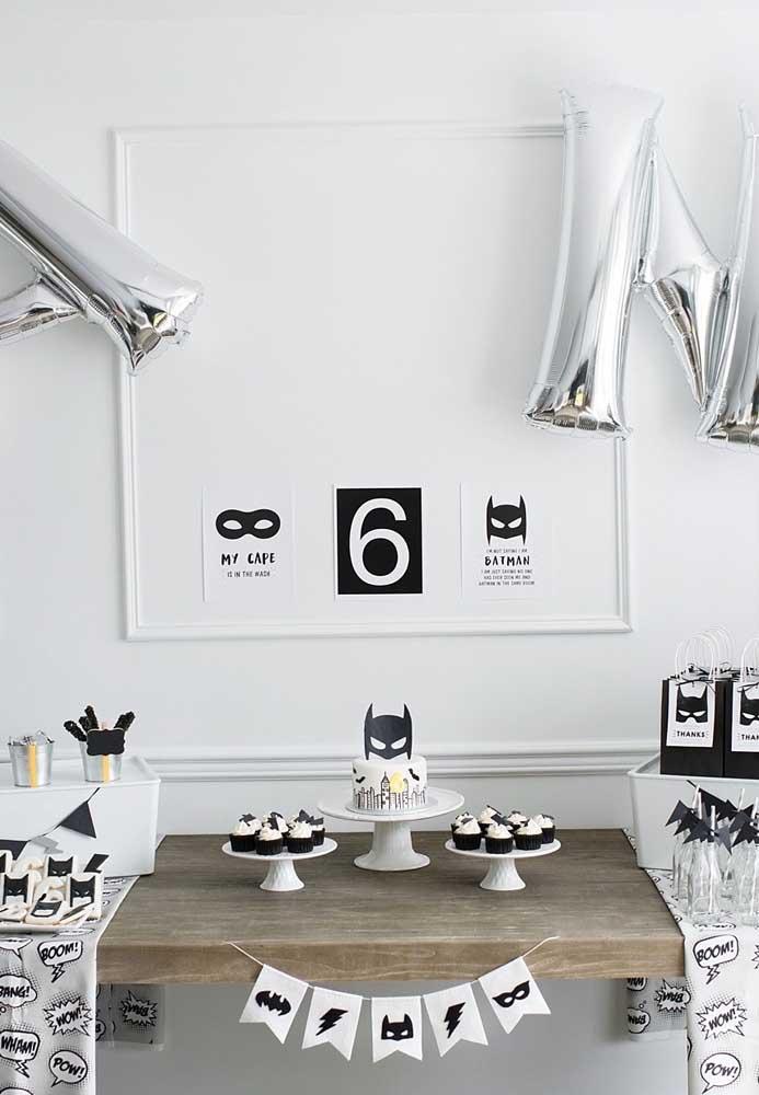 Que tal fazer uma decoração preta e branca com o tema Batman? A opção é perfeita para quem prefere algo mais minimalista e clean.