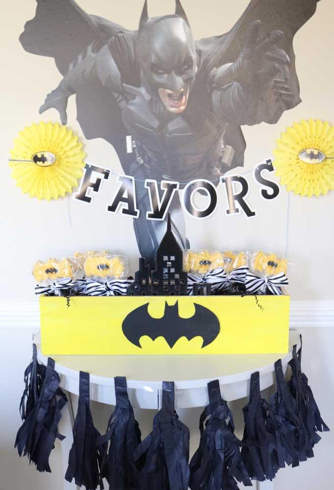 Você pode fazer uma decoração com o tema Batman usando apenas papel de modelos e formatos diferentes.