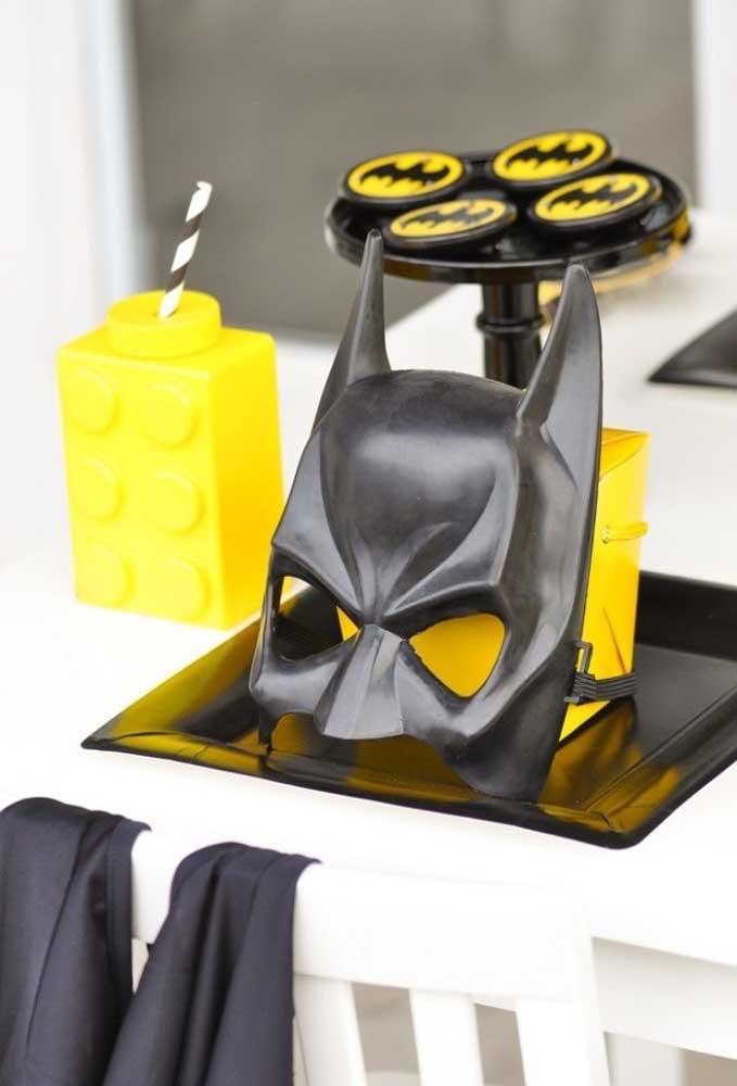 A máscara do Batman não pode faltar na decoração de aniversário.