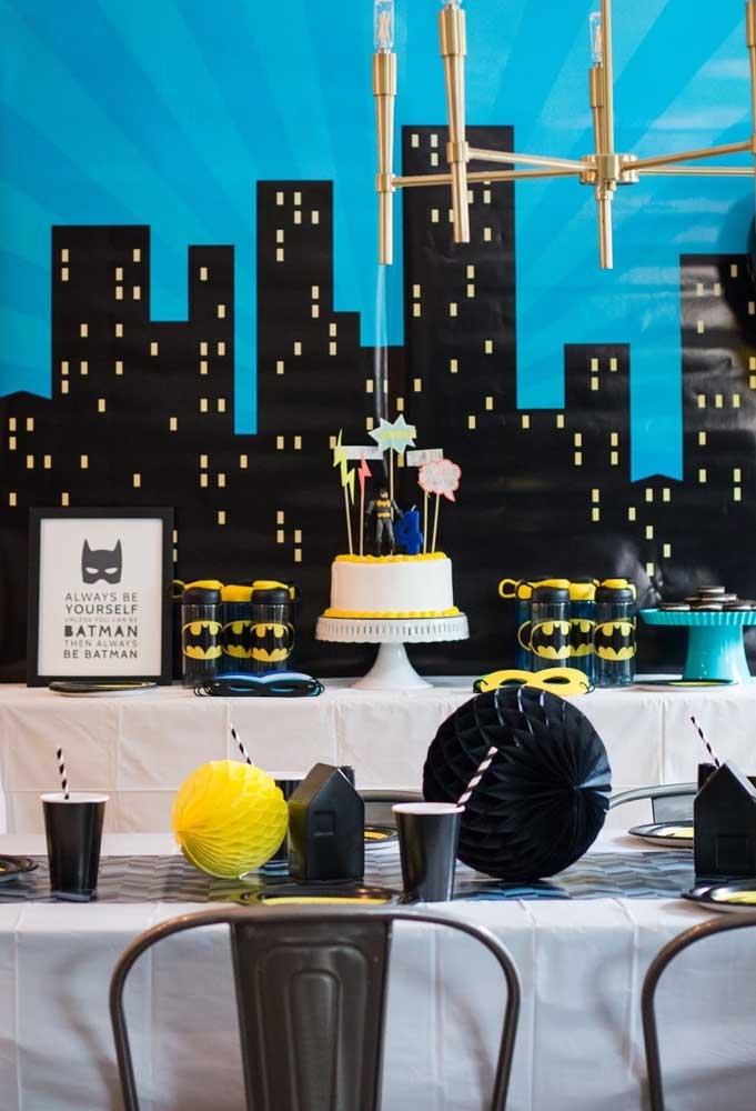 Faça um painel com a cidade de Gotham City e decore a mesa com os mais variados elementos decorativos com o tema Batman.