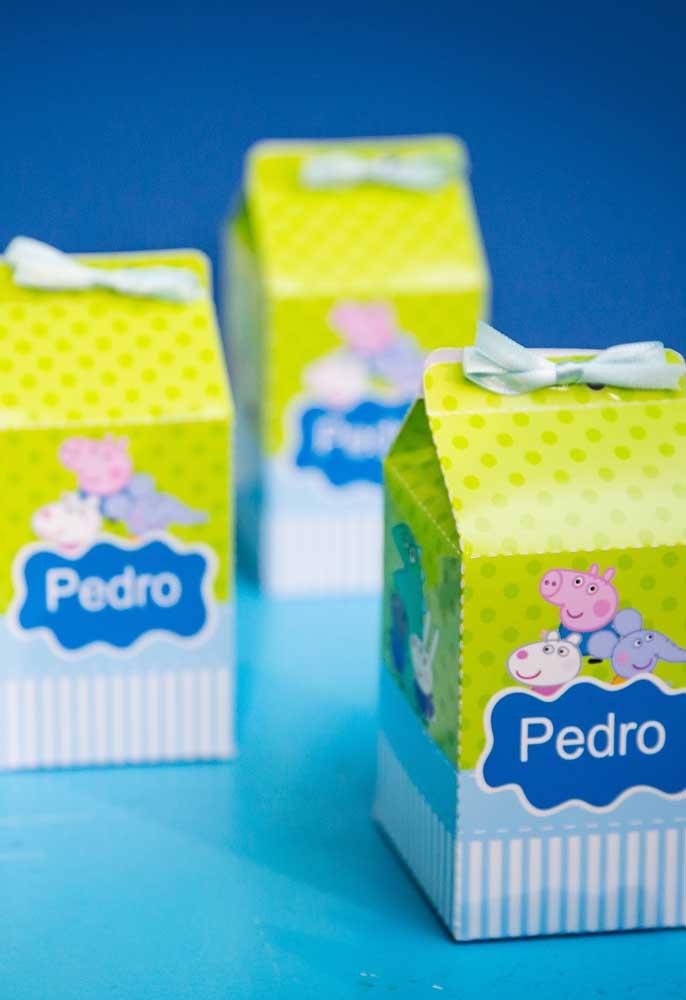 Nas lojas de festas existem diversos modelos de lembrancinhas com o tema Peppa Pig. Uma boa opção é usar caixinhas para colocar guloseimas.
