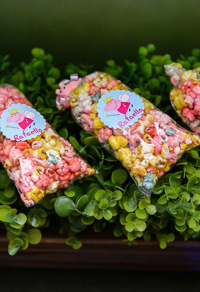 Qual a criança que não gosta de pipoca? Para combinar com a decoração da festa, prefira oferecer pipoca colorida.