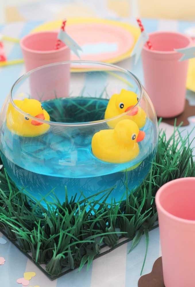 Que tal colocar os patinhos para nadar? Use uma vasilha transparente, coloque algum líquido dentro e encha de patinhos.