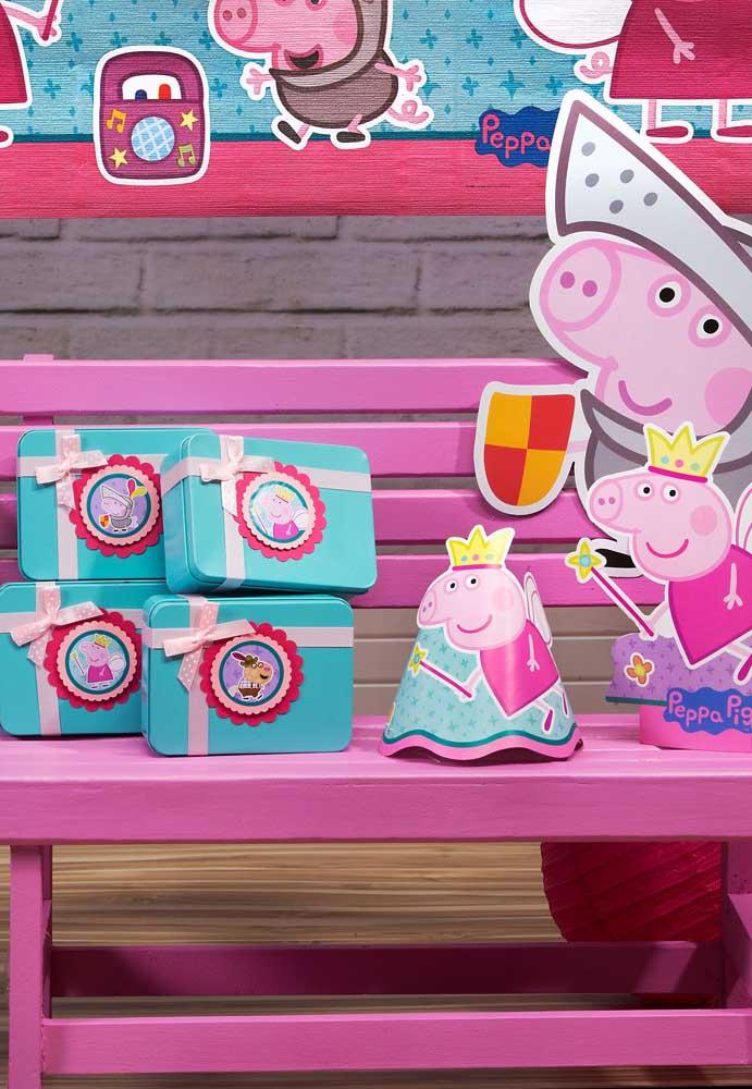 Capriche nos itens e na decoração com o tema Peppa Pig. Para isso, use produtos personalizados.