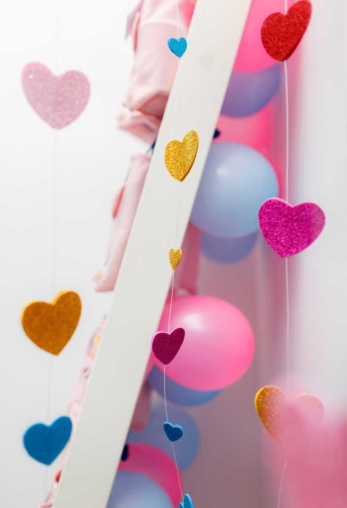 O coração é um ótimo elemento decorativo para espalhar pela festa com o tema Peppa Pig.