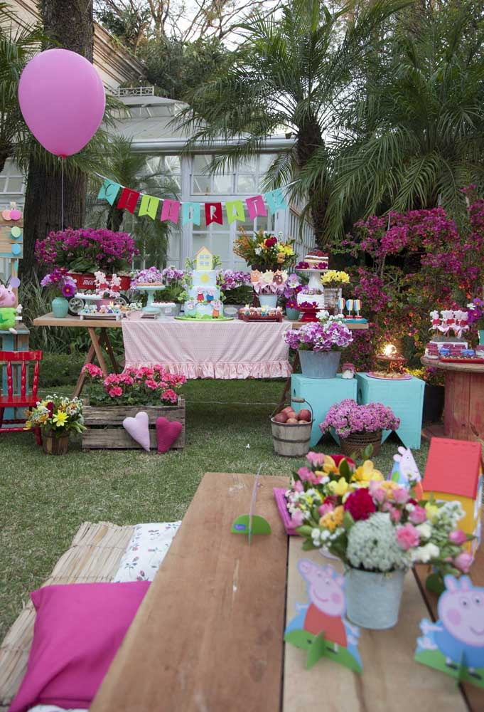 A Peppa Pig é um tema perfeito para fazer uma decoração no estilo mais rústico, principalmente, se a festa for ao ar livre.