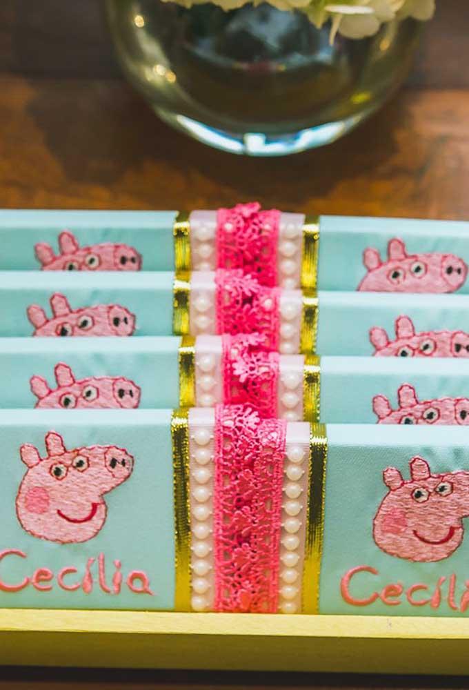 Com renda, pérola e fitas você pode fazer uma bela decoração com o tema Peppa Pig.