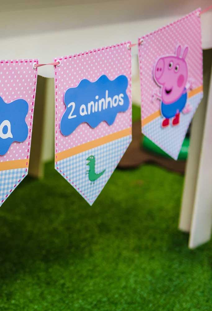 O que acha de fazer uma decoração com bandeirinhas personalizadas com o tema Peppa Pig?