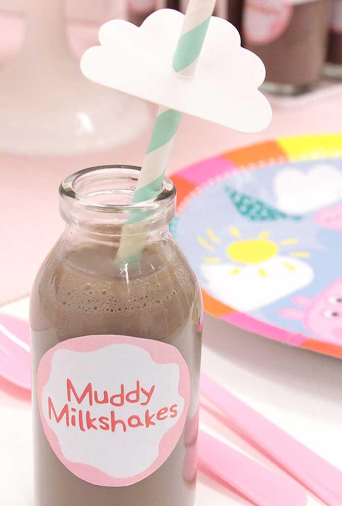 Já sabe como vai servir as bebidas da festa? Use garrafas transparentes e aproveite para servir bebidas que as crianças mais gostam.