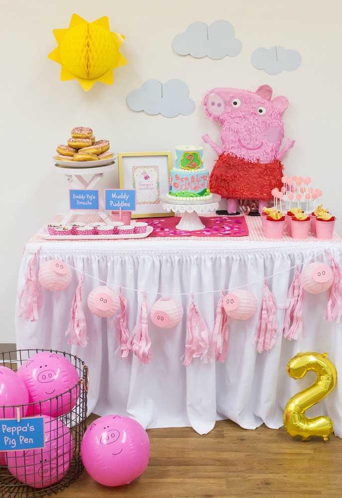 Uma mesa simples, bonita e divertida para comemorar o aniversário com o tema Peppa Pig.