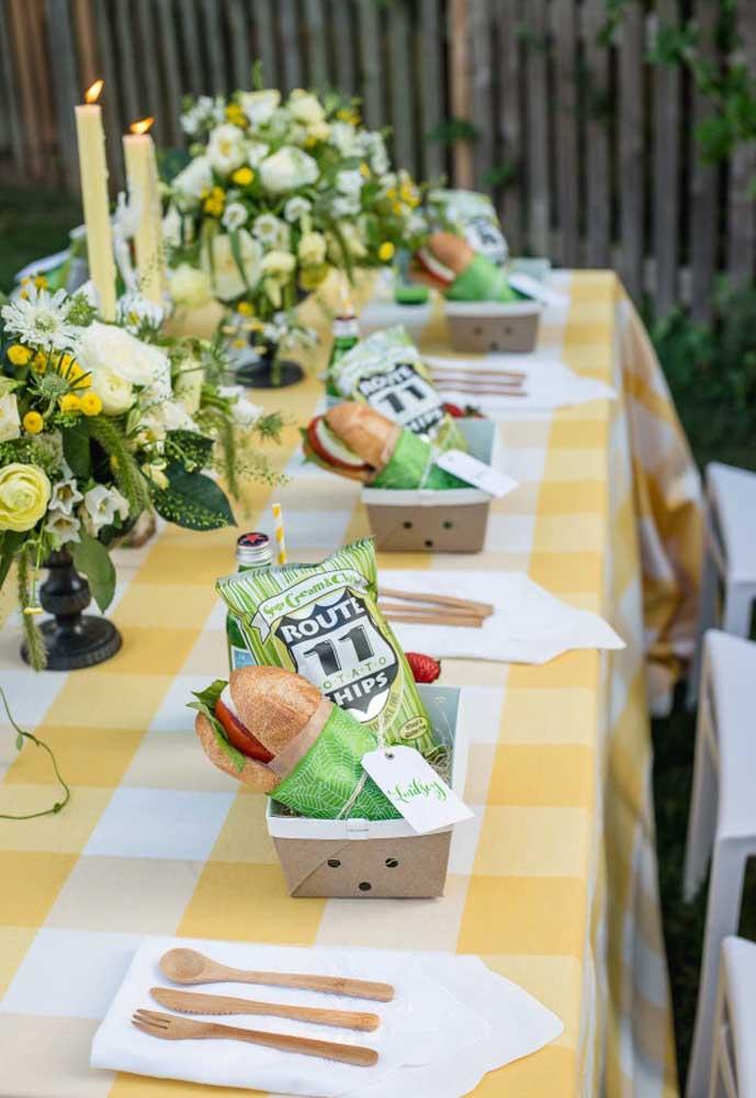Prepare um kit de guloseimas para cada convidado e organize em cima da mesa.
