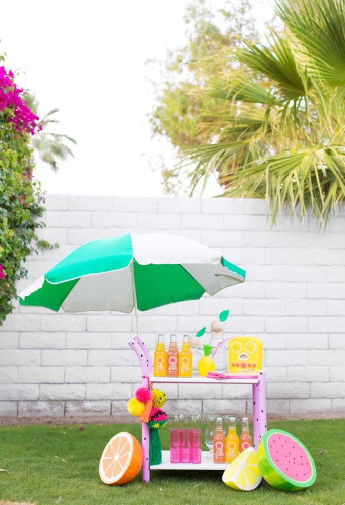 Que tal preparar um carrinho só para colocar as bebidas da festa? Deixe seus convidados à vontade para se servirem.