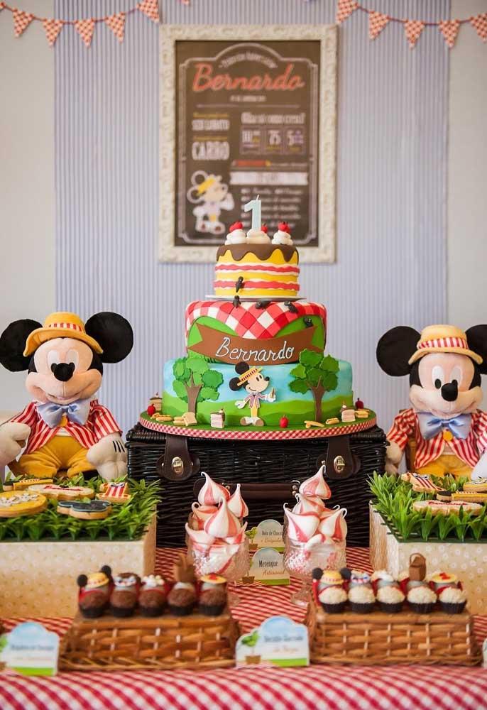 Além da festa tema piquenique, você pode usar outro tema junto como o Mickey na hora de fazer o aniversário.