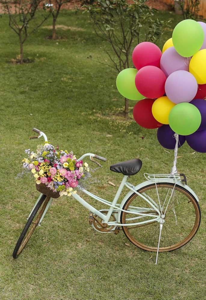 Com uma bicicleta você consegue fazer uma bela decoração para a festa piquenique, usando flores e balões.