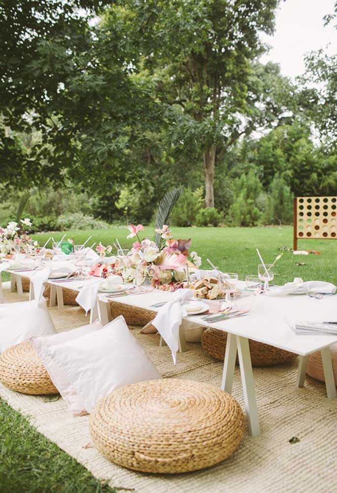 O estilo mais recomendado para a festa piquenique é o rústico. Portanto, use muitos materiais feitos de madeira e palha.