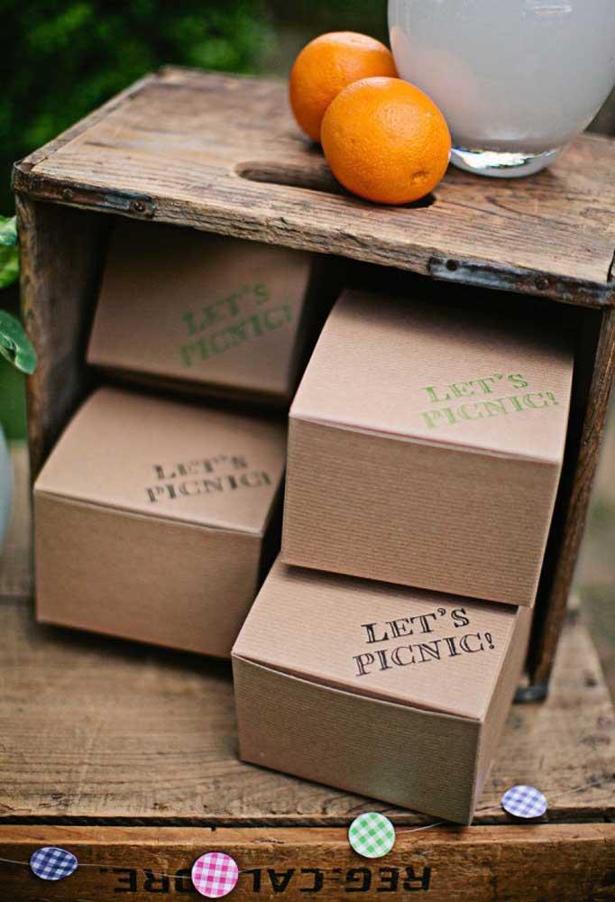 Uma ótima opção de comida para piquenique é preparar um kit para cada convidado e embalar em caixinhas de papelão.