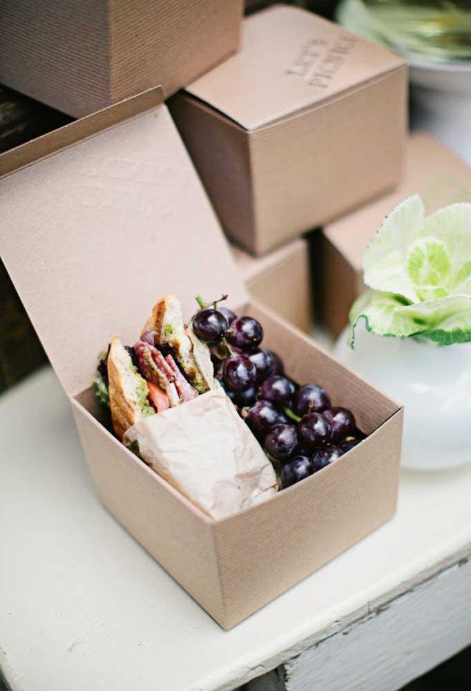 Você pode servir sanduíches, frutas ou qualquer opção de sua escolha.