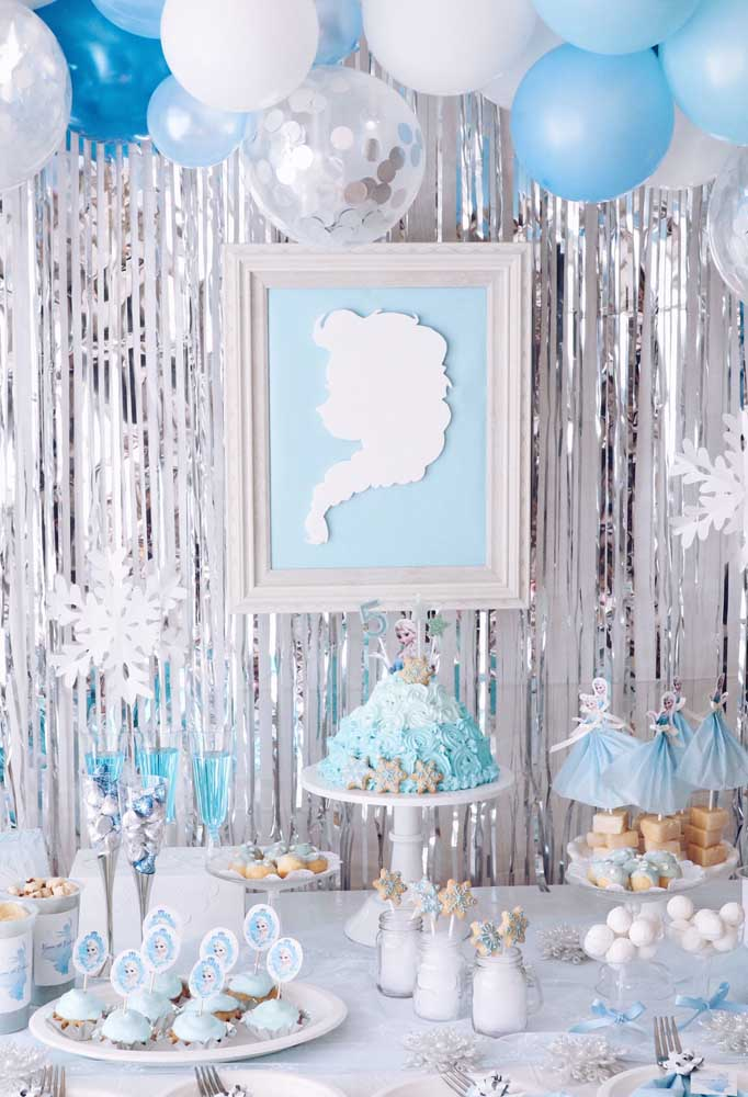 Decoração rústica e simples para a festa Frozen, mas sem deixar de lado as cores do tema e as personagens principais