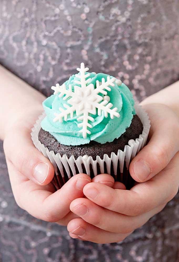 Anota essa ideia simples para festa Frozen: cupcake decorado com floco de neve