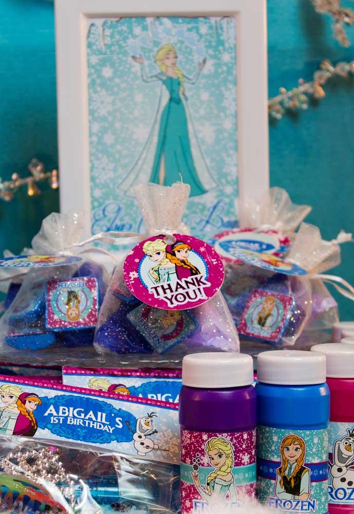 Lembrancinha para festa Frozen: docinhos nas cores do tema embalados em saquinhos personalizados