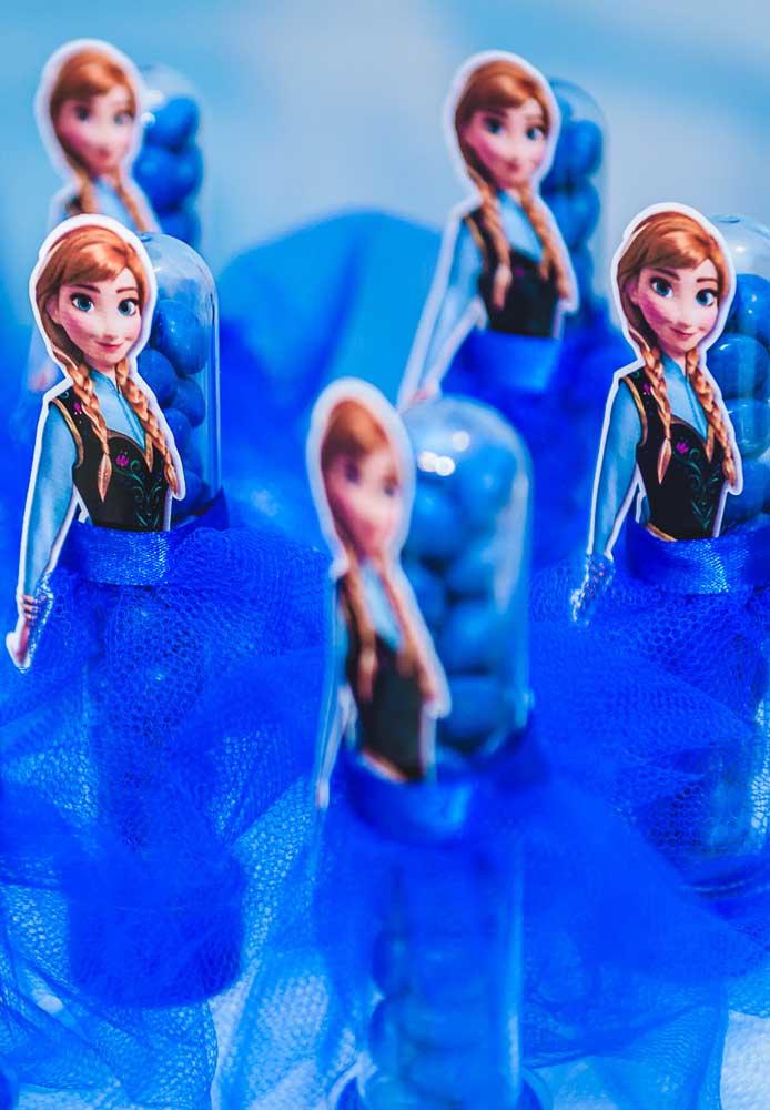 Tubetes para festa Frozen. Aqui, é a personagem Ana que ganha toda atenção