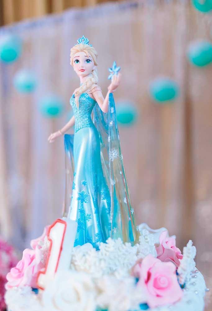 E adivinha só qual é o topo do bolo para festa Frozen? A personagem Elsa, a mais querida das crianças!