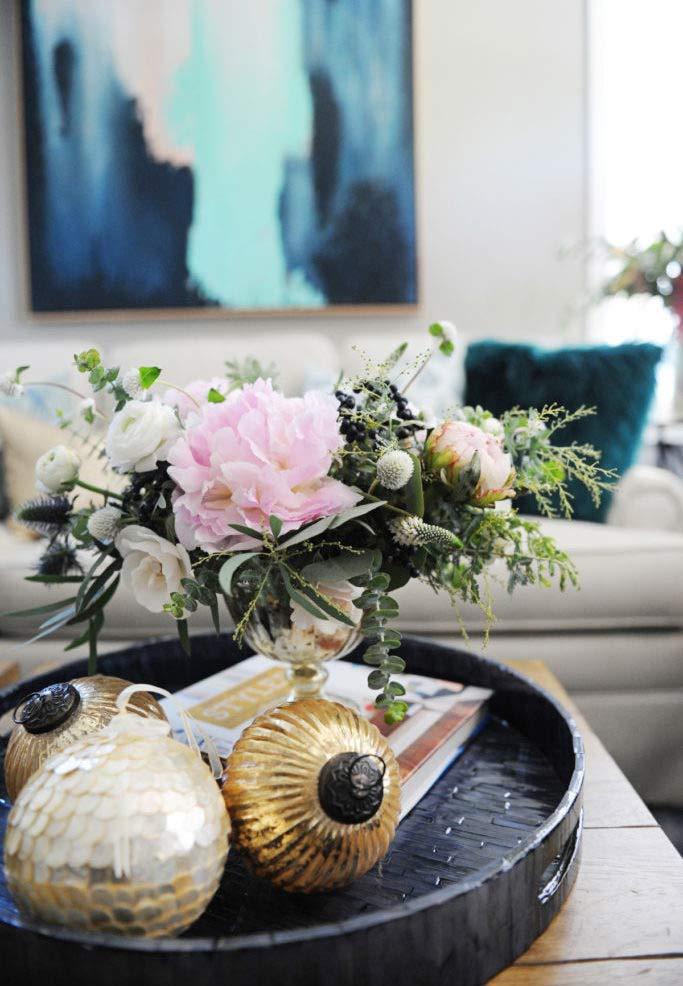 Bolas de Natal para complementar a decoração com arranjo de flores