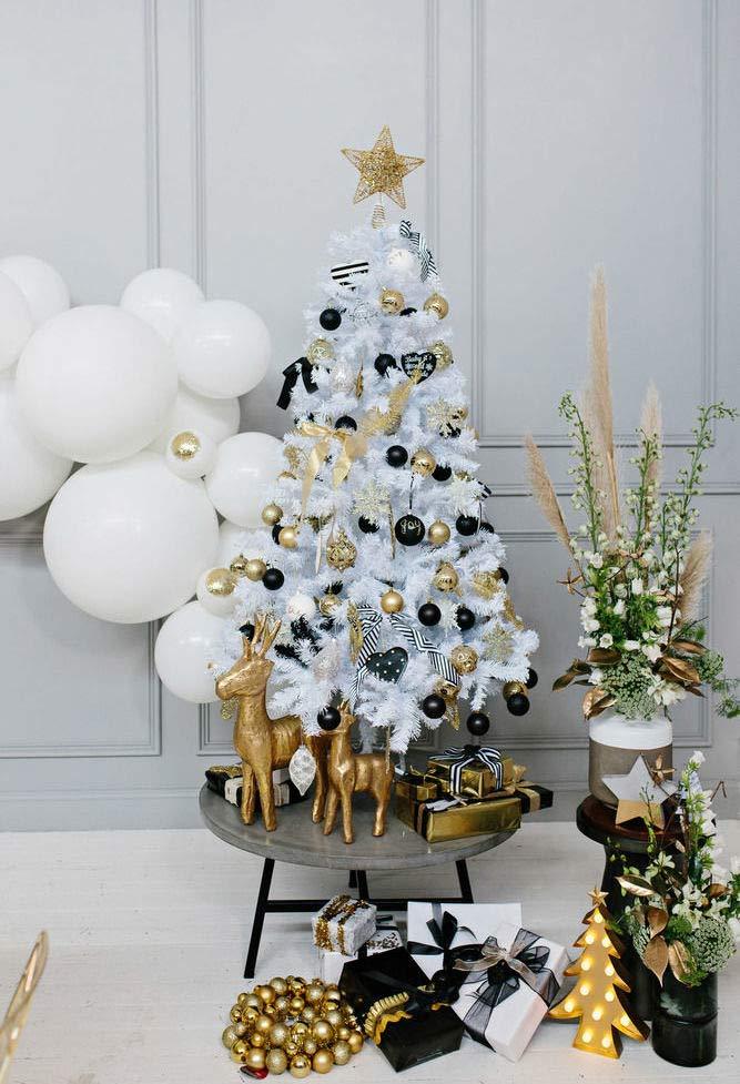 Árvore branca, preta e dourada