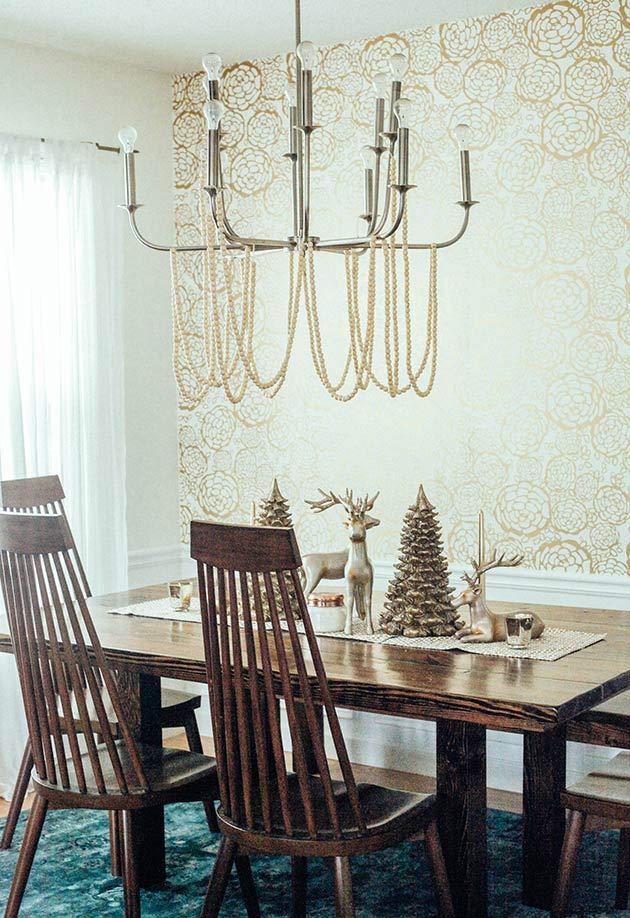 Renas e árvore dourada para a decoração de Natal