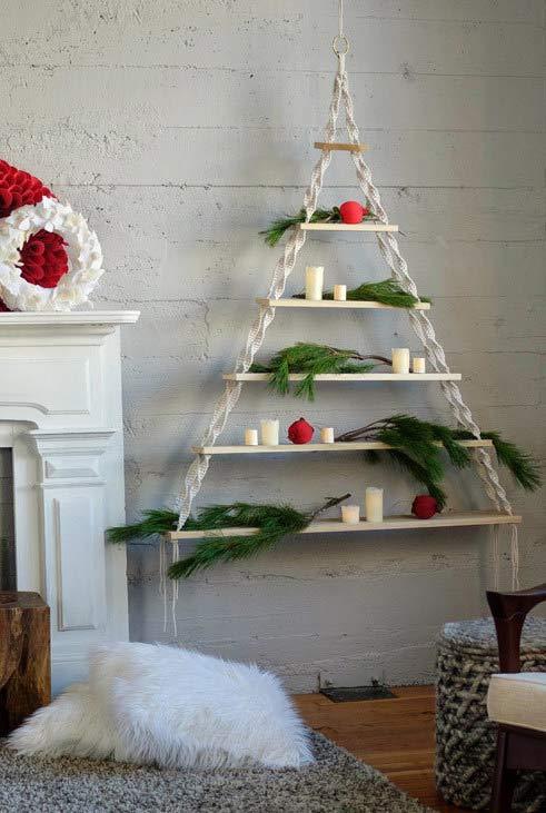 Árvore de Natal com prateleiras e cordas
