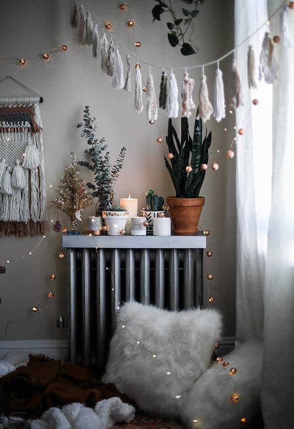 Decoração de Natal com luzes e cordões comemorativos