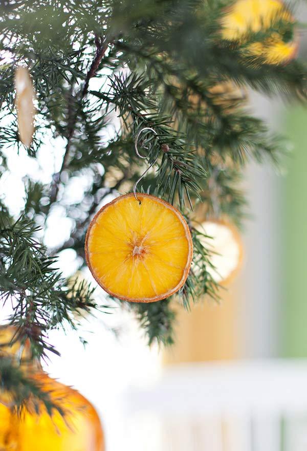 Enfeite a árvore com frutas frescas