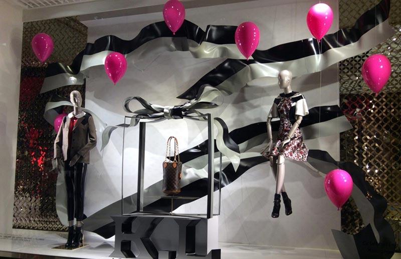 Balões e presentes na decoração de Natal para lojas