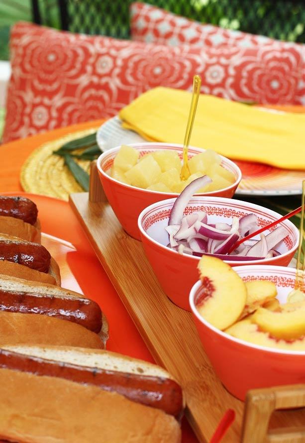 Separe um cantinho da mesa com delícias para os convidados se servirem
