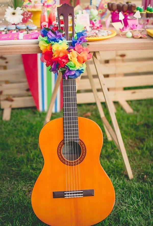 Uma festa havaiana não é a mesma sem um violão