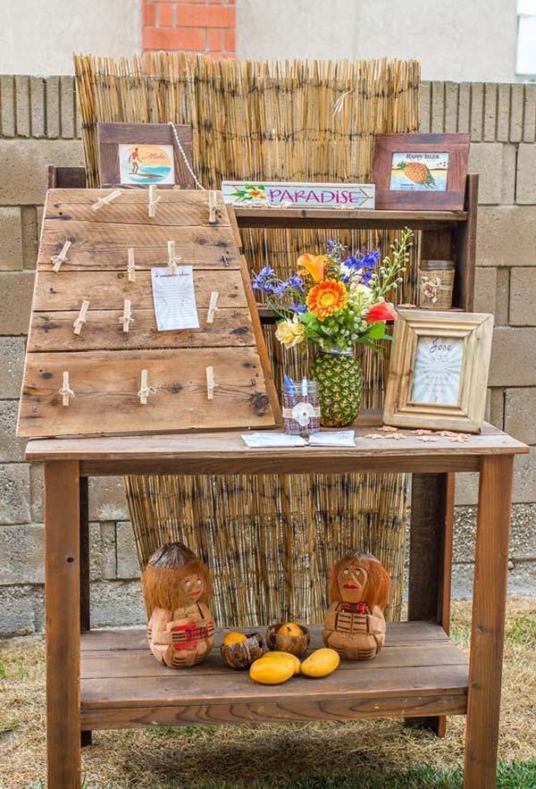 Madeira, palhas, frutas e flores
