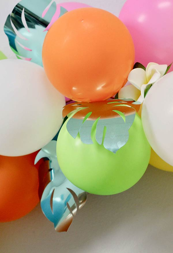 Arranjo de balões e flores de papel DIY