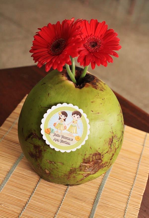 Coco na decoração da festa havaiana