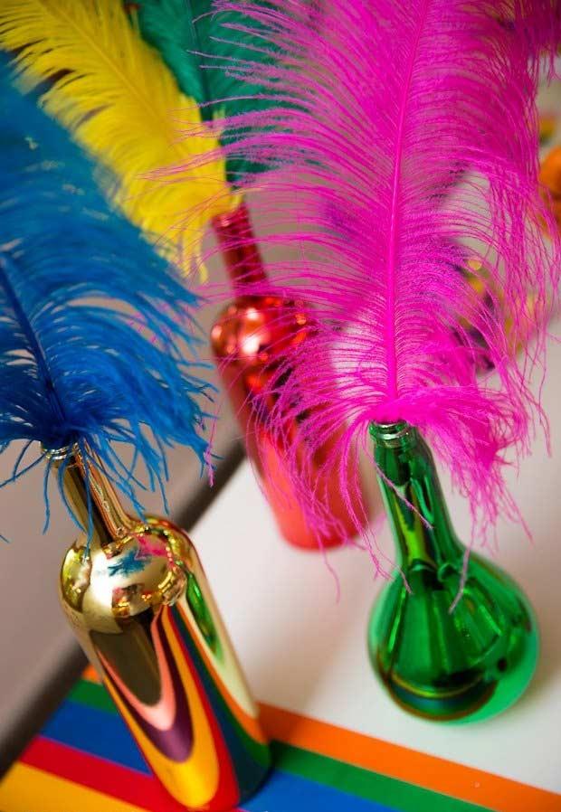 Garrafas metalizadas e plumas na decoração da mesa