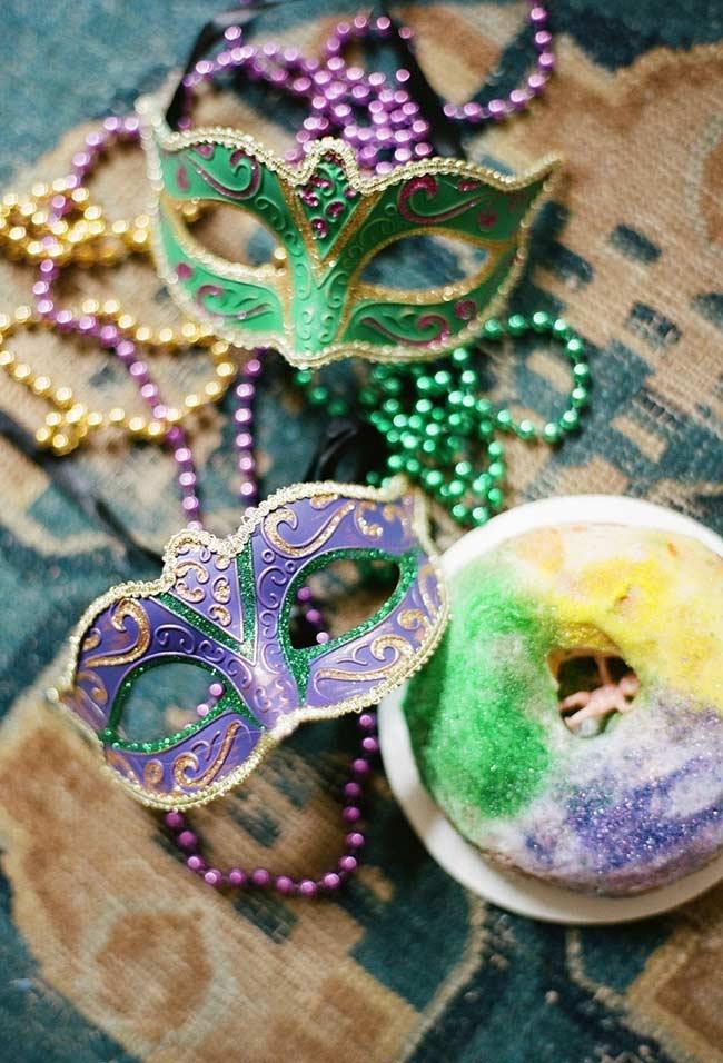 Posicione as máscaras e colares como centro da decoração