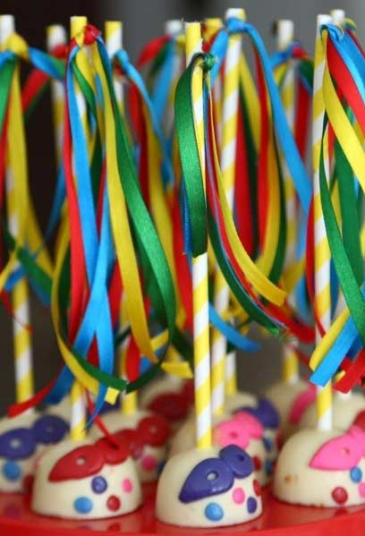 Enfeite cakepops com fitas coloridas