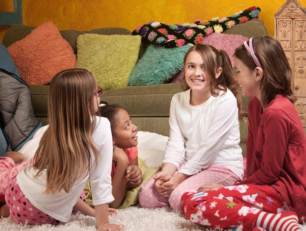 Crianças brincando na festa do pijama