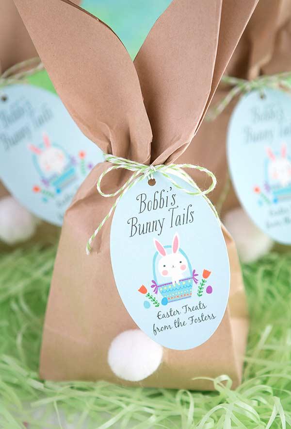 Forme grandes orelhas de coelho em sacos de papel kraft