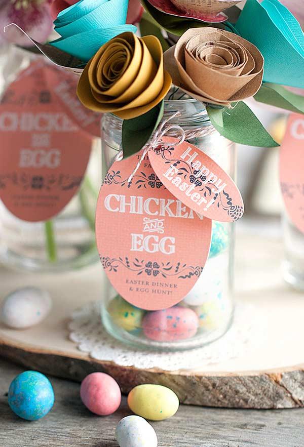 Um potinho colorido cheio de ovos para suas lembrancinhas