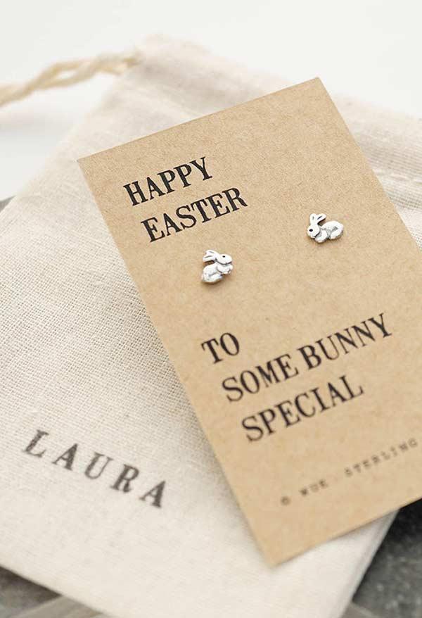 Um par de coelhinhos no cartão
