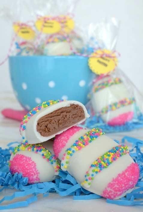 Ovinhos coloridos comestíveis com massa de bolo ou outro doce de sua preferência