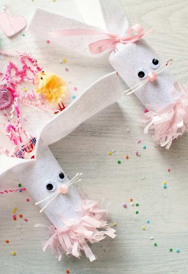 Coelhinhos de feltro embalando muita diversão
