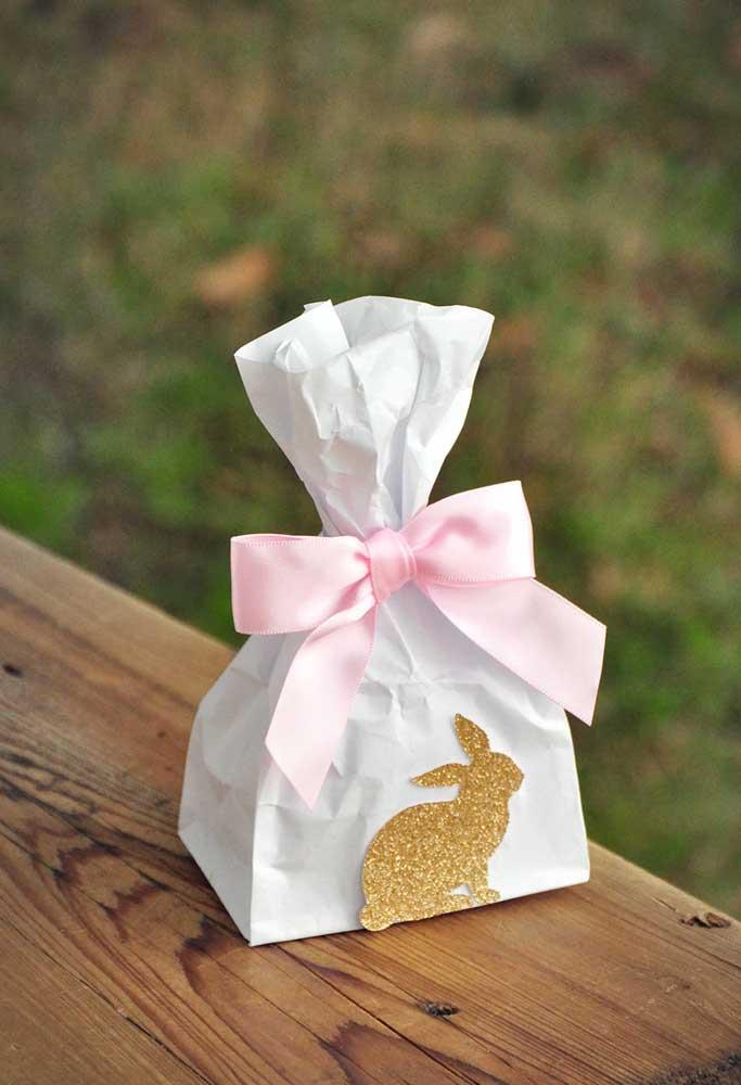 Saquinho de papel personalizado é uma lembrancinha de páscoa simples e barata.