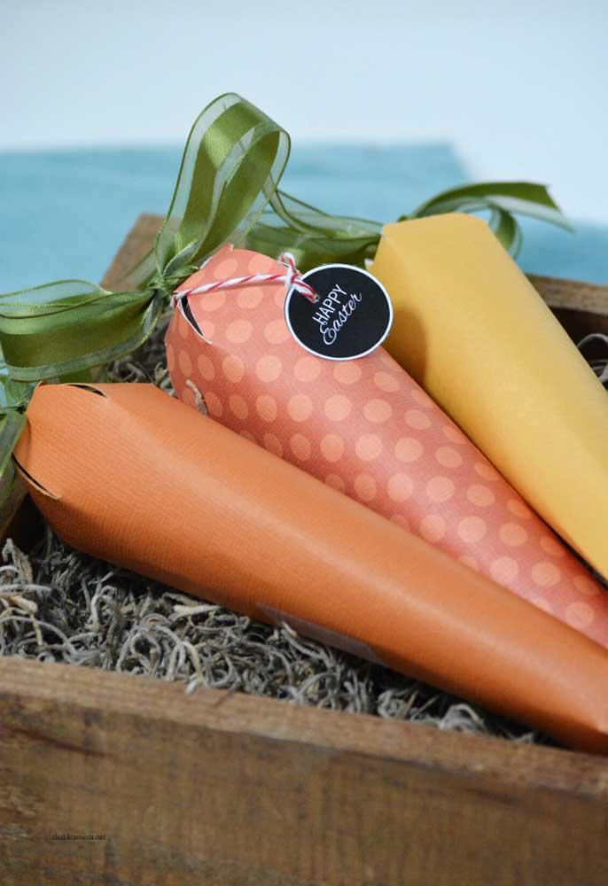 Use papel de diferentes texturas para fazer cones no formato de cenoura.