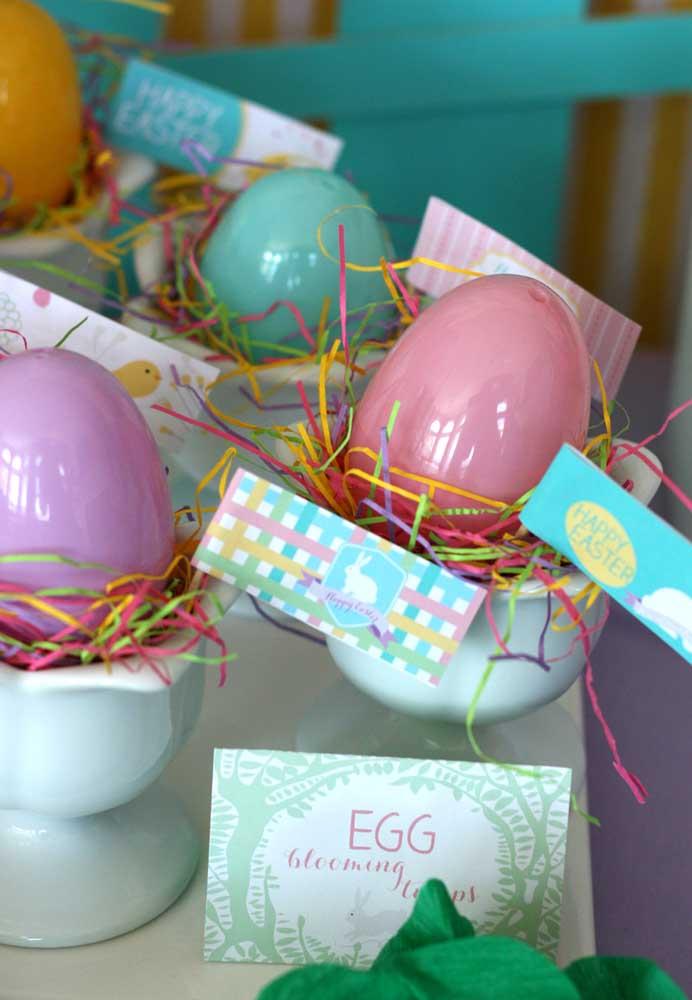 Distribua ovos coloridos para os convidados.
